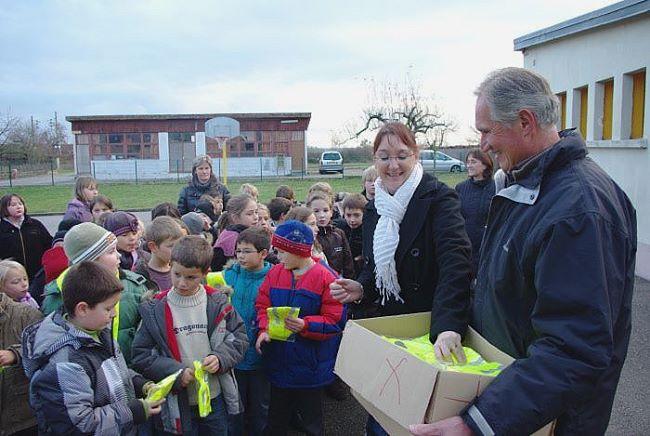 Distribution de gilets fluo aux enfants de l'école primaire – 1er Décembre 2009